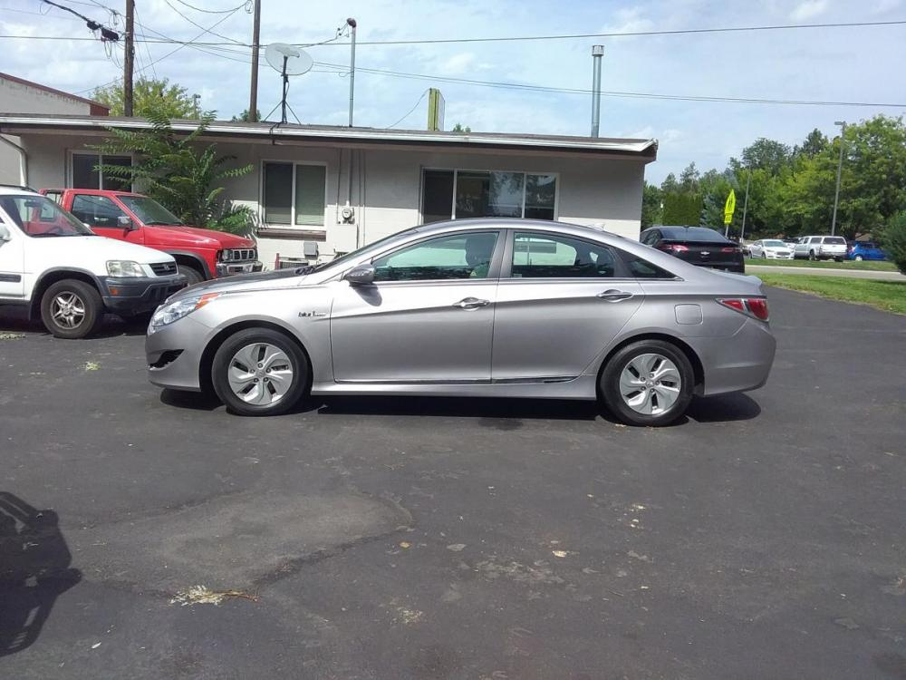 2014 Silver /Gray Hyundai Sonata Sedan (KMHEC4A47EA) with an 2.4L L4 DOHC 16V HYBRID engine, 6-Speed Automatic transmission, located at 3605 W Overland Rd., Boise, ID, 83705, (208) 863-0063, 43.589729, -116.226181 - Photo #3