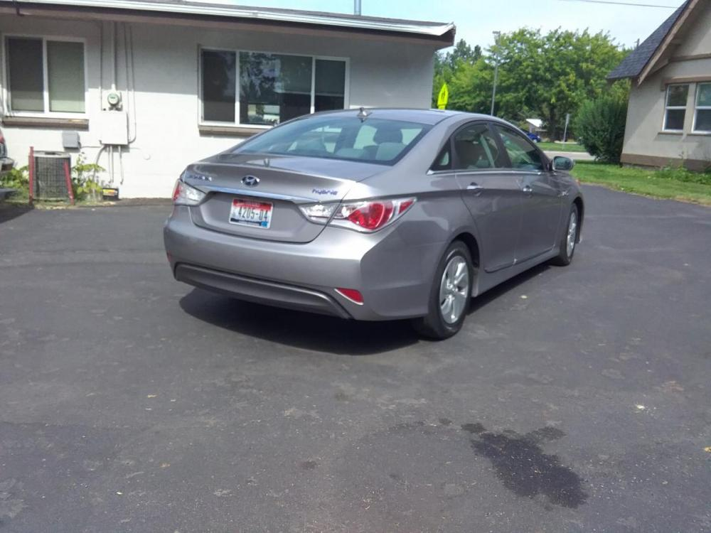 2014 Silver /Gray Hyundai Sonata Sedan (KMHEC4A47EA) with an 2.4L L4 DOHC 16V HYBRID engine, 6-Speed Automatic transmission, located at 3605 W Overland Rd., Boise, ID, 83705, (208) 863-0063, 43.589729, -116.226181 - Photo #6